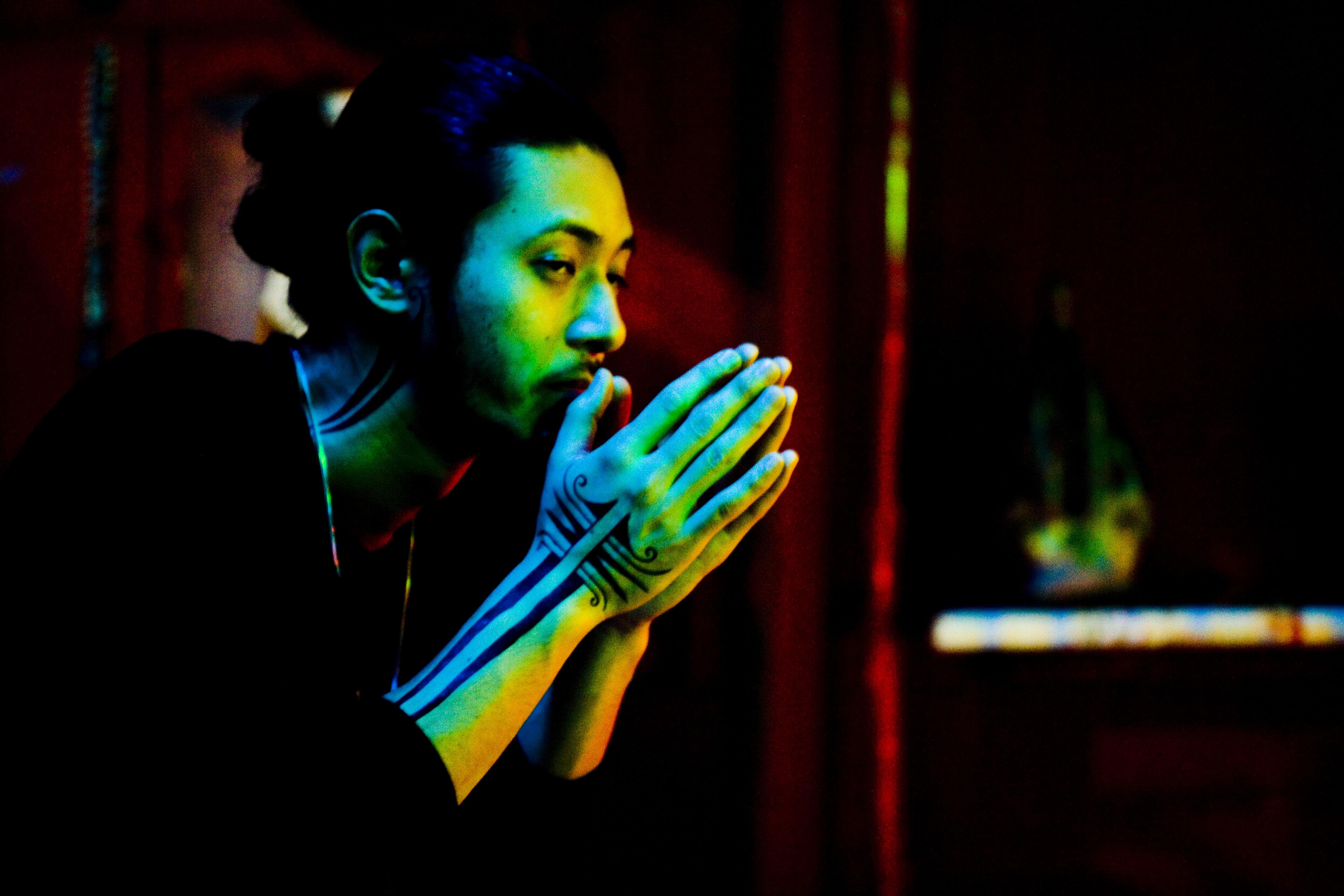 ATE I PADRI, E I BAMBINI BRUCIATI. Mostra del Cinema di Venezia 2008. IMMAGINE DA PLASTIC CITY DI NELSON YI LIK-WAI